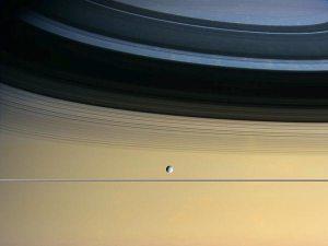 La sonda Cassini documenta la probabile formazione di una nuova luna intorno a Saturno