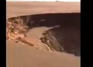 Enorme voragine si apre nel deserto