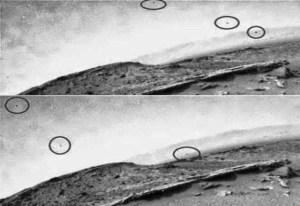 Tre oggetti volanti sorvolano una collina su Marte