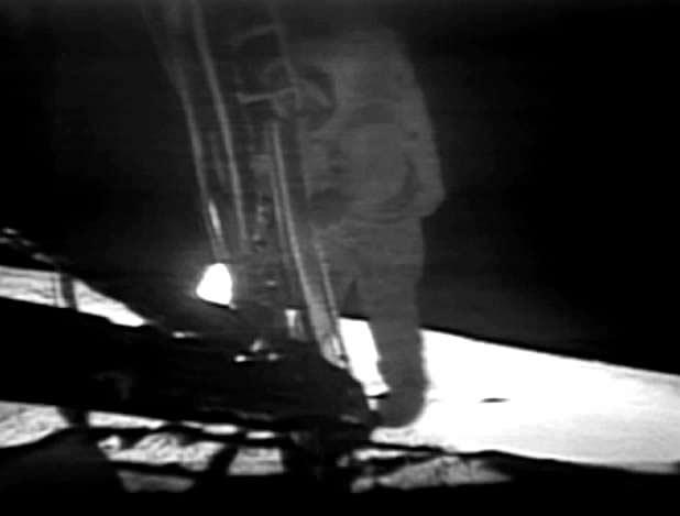 Neil Armstrong in procinto di mettere piede sulla Luna