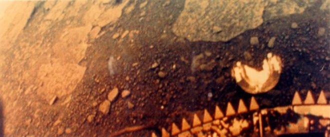 Un'immagine della superficie scattata da Venera 13, atterrata nel 1981, sopravvissuta 127 minuti.