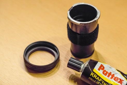 Kleber auf den Kamera-Bajonettring und die Füßchenseite der Ummantelung auftragen - Ring 1 ist schon an den Kamera-Bajonettring angedreht