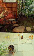 反対していた割りに、木戸門へと道筋を造作してくださいました ついつい、室内履きのまま柚子を見に出てしまいます(笑)