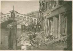 Venezia - Rialto - veduta della Birreria Spiess distrutta in seguito alla 38a incursione aerea - Stampa alla gelatina
