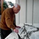 Zao Wu-Ki mentre dipinge un'opera all'inchiostro di China nel suo atelier parigino, 2006