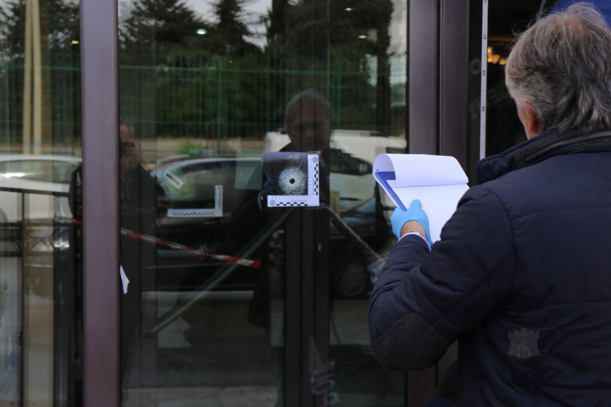 Foro di proiettile sulla vetrata del Bar Europa, indaga la Scientifica