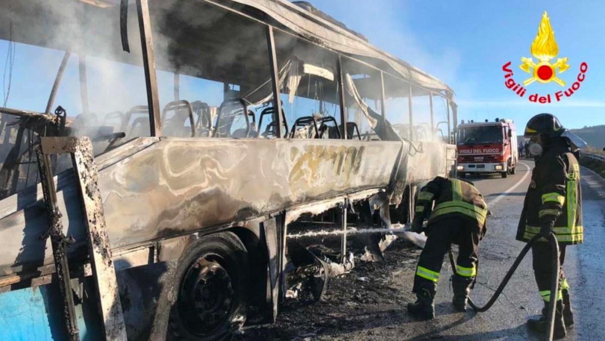 Autobus di linea in fiamme, tutti in salvo i passeggeri