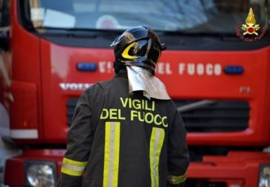 Salerno, incendio in un deposito: alcune famiglie evacuate