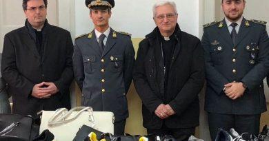 Vallo della Lucania, aiuto ai bisognosi: Finanza dona 170 capi d'abbigliamento