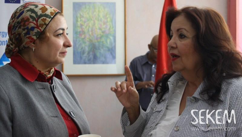 Dr. Naglaa El-Adly (stellvertretend für Dr. Mervat El-Telawi, Vorsitzende der nationalen Vereinigung von Frauen) im Gespräch mit Dr. Kadria Motaal, Leiterin der Abteilung für Forschung und Innovation an der Heliopolis Universität im Gespräch