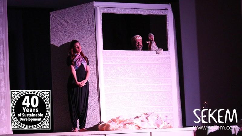 Emad El Raheb begleitet die Aufführung mit seiner Geige und spielte im Puppentheater.