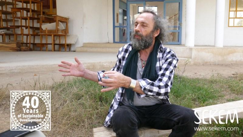 Der Schreiner Francis aus der Schweiz unterstützt die SEKEM Schreinerei.