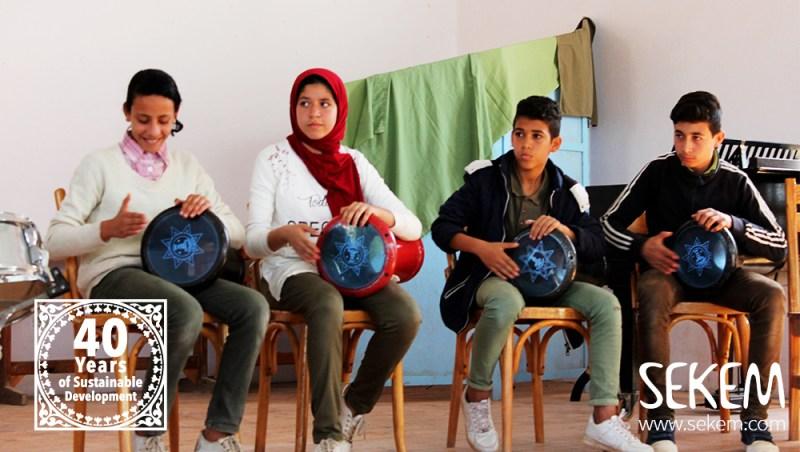 Mit der ägyptischen Tabla feierten die SEKEM-Schüler den Erfolg ihrer Mitschülerinnen.