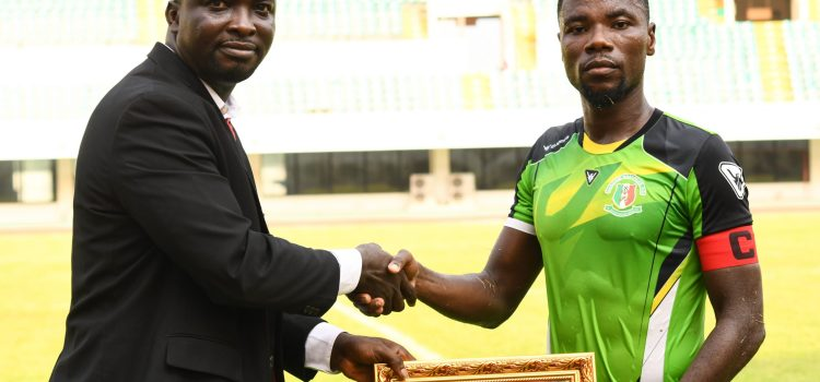 Abeiku Ainooson receiving his award