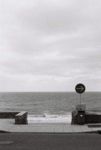Nullmeridian-021-Straßenschild-mit-Pfeil-Küste-Frankreich
