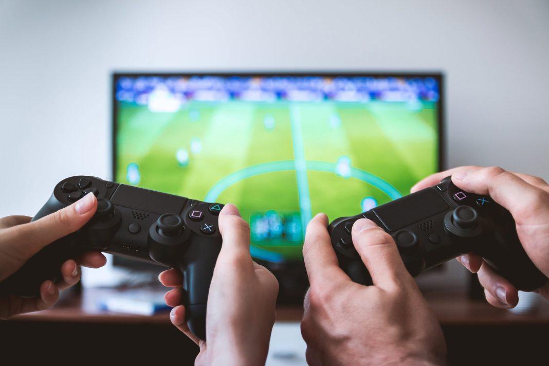 Jogando games de futebol - Foto