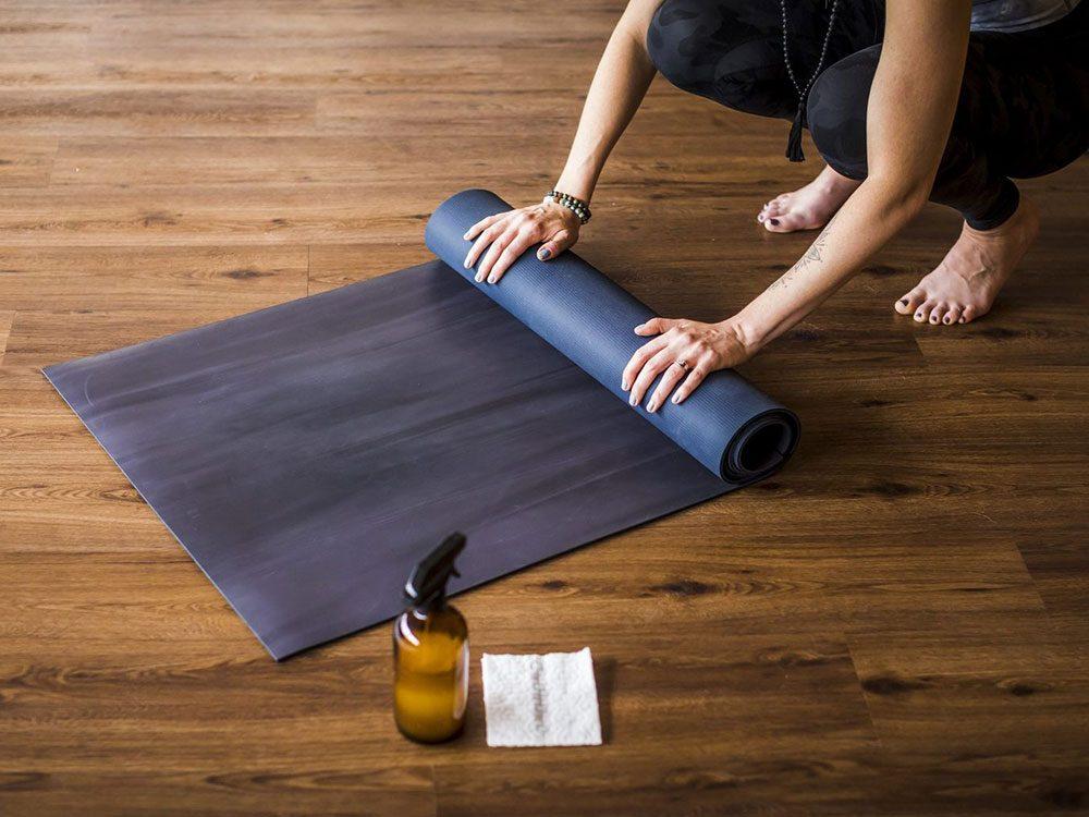 comment laver son tapis de yoga de la