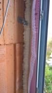 Upevnění rámu okna pomocí montážní pěny a kotvy k obvodovému zdivu