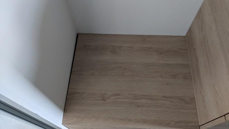 Skříňka nesedí kolem zdi
