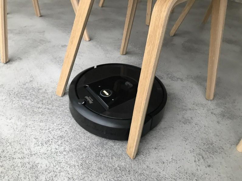 iRobot Roomba i7 vysává i těžko dostupných místech
