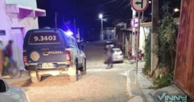 Criminosos disfarçados de policiais invadem casa e tentam matar morador em Ibicoara