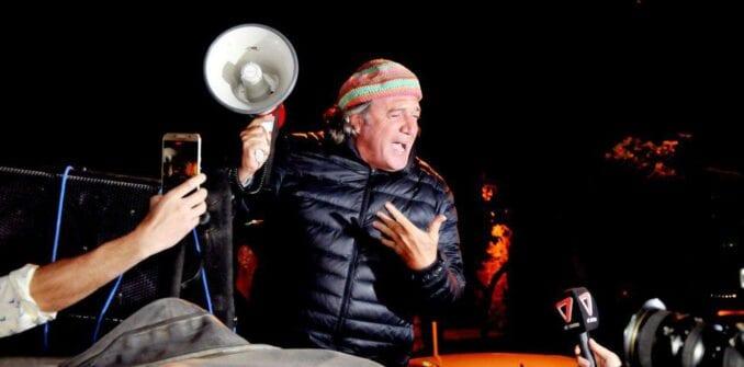 Asombroso festejo de un diputado a los gritos y revoleando un poncho en plena sesión