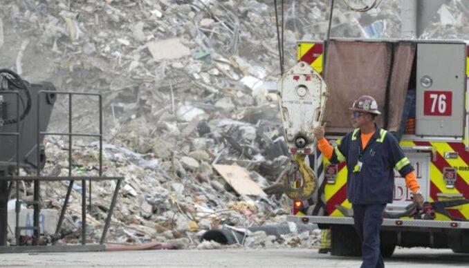 Miami : Recuperan pertenencias entre los escombros del edificio