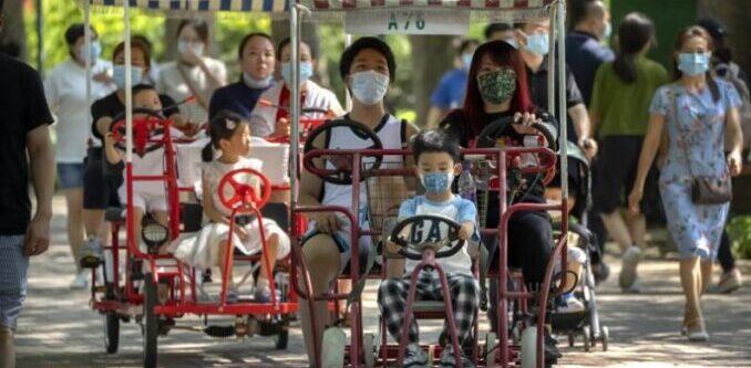 China permitirá a las familias tener tres hijos