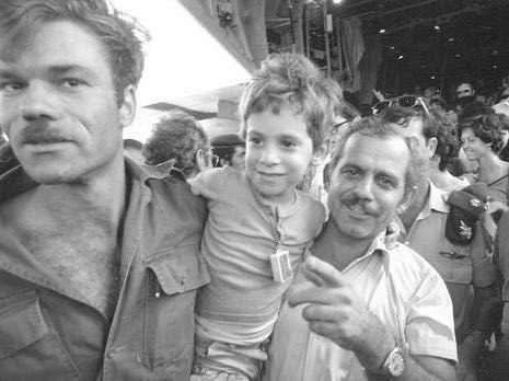 Shay Gross, de niño, al volver de Entebbe