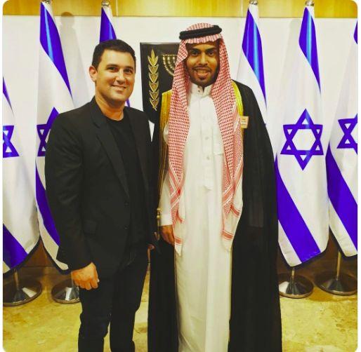 El diputado de Kajol Lavan Eitan Ginzburg con Muhamad Saud durante la visita de la delegación a la Kneset