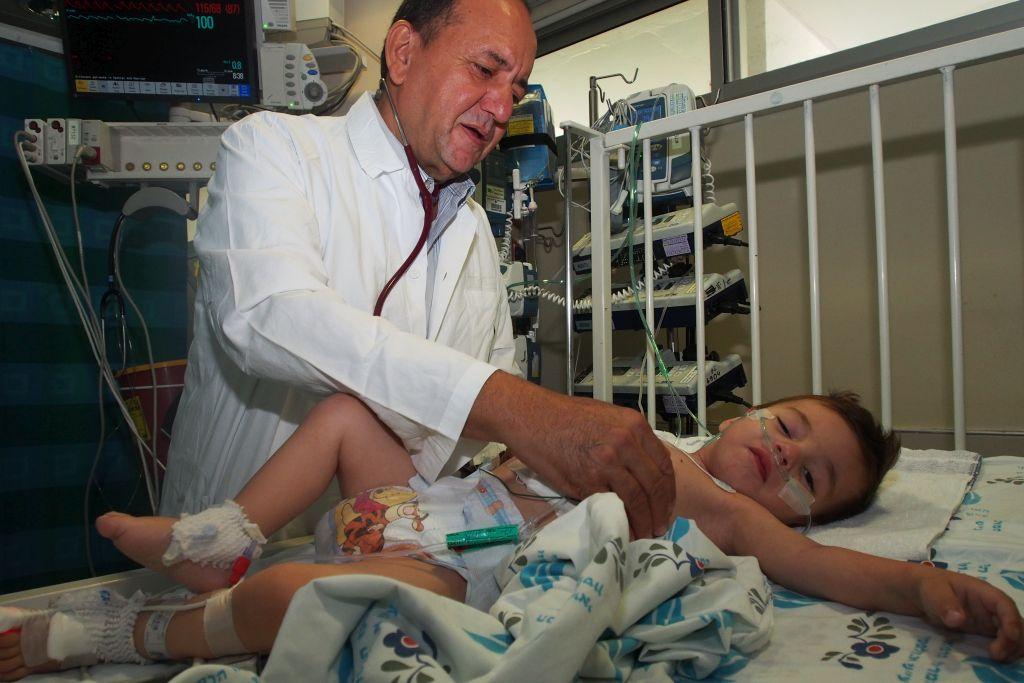 El Dr. Sion Huri y el pequeño Wisam de Sinjar