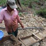 El barequeo en el río Cauca está condenado a muerte