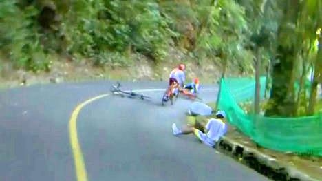 Momento en el que caen Vincenzo Nibali y Sergio Luis Henao, y son superados por Majka.