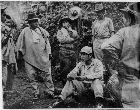 Manuel Marulanda Vélez habla con Isauro Yosa y otros dirigentes de la resistencia antes del bombardeo a Marquetalia. Foto archivo.