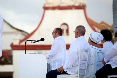 El líder de las FARC Timoleón Jiménez habla al público en el evento de firma del acuerdo final de paz, en Cartagena. Foto: U.S. Department of State via photopin (license)