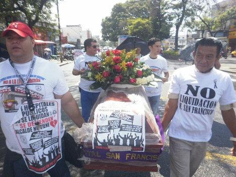 Enérgica protesta de los trabajadores del hospital San Francisco de la ciudad de Ibagué, Tolima, ante la medida privatizadora que anuncia el alcalde Jaramillo Martínez. Foto Nelosi.