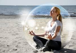 mulher meditando com alfa power