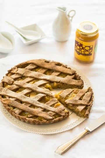 Crostata con frolla al succo di mela e ripieno di frutta con miele