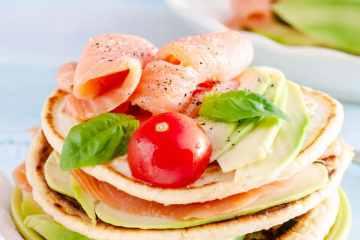 Pancake salati con salmone e avocado
