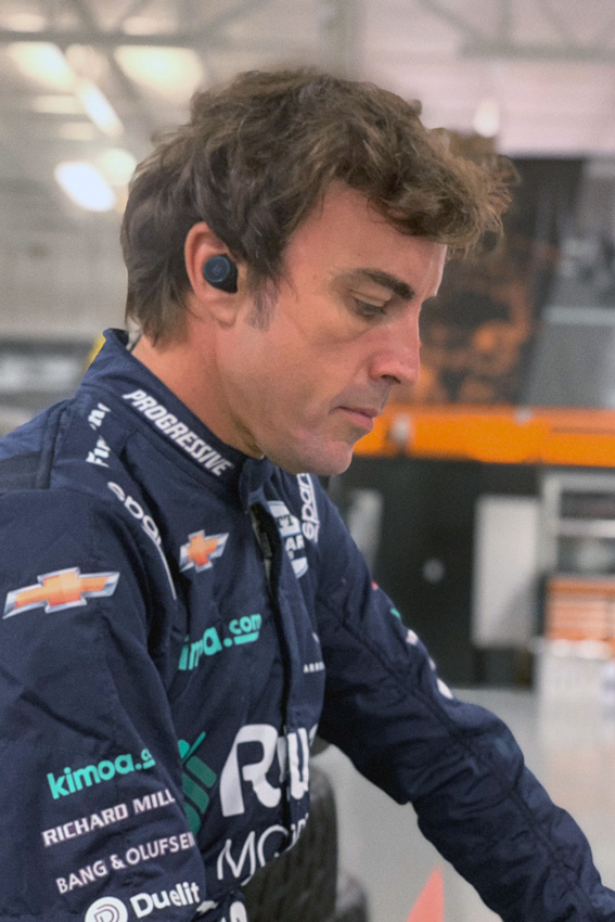 Bang & Olufsen BeoPLAY E8 Sport Fernando Alonso Limited Edition und Bang & Olufsen Fernando Alonso BeoSound Edge Limited Edition
