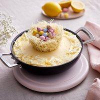 Kuchen mit essbarem Osternest