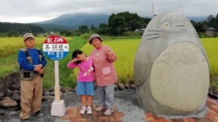 La fermata del bus di Totoro ricreata da due nonni giapponesi