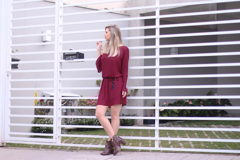 3-vestido bordo com mangas flare e bota cano curto