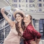 2 ragazze felici si fanno un selfie moda fashion curvy