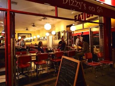 Dizzy's cafe por la noche