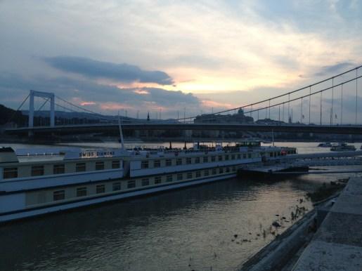 El barco atracado en Budapest
