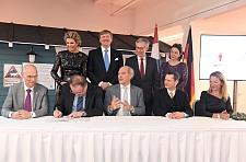 Unterzeichnung einer gemeinsamen Erklärung im Alfred-Wegener-Institut © Wolfhard Scheer, JPG, 39.6KB