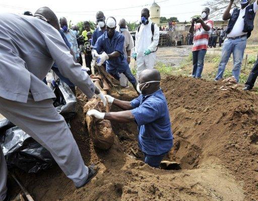 Yeumbeul : le film du déterrement de corps du marabout Amadou Maal. Le corps du marabout Thierno Amadou Maal a été exhumé mardi nuit. Le dom