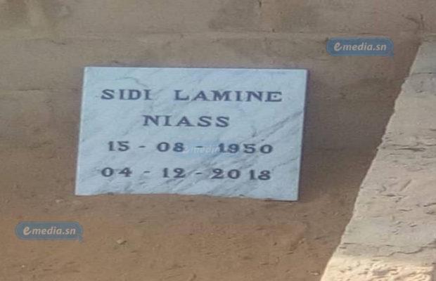 LA PRÉPARATION DE LA TOMBE DE SIDY LAMINE À YOFF. Yoff est déjà prêt. La tombe de Sidy Lamine Niass est creusée. Et la plaque commémorative