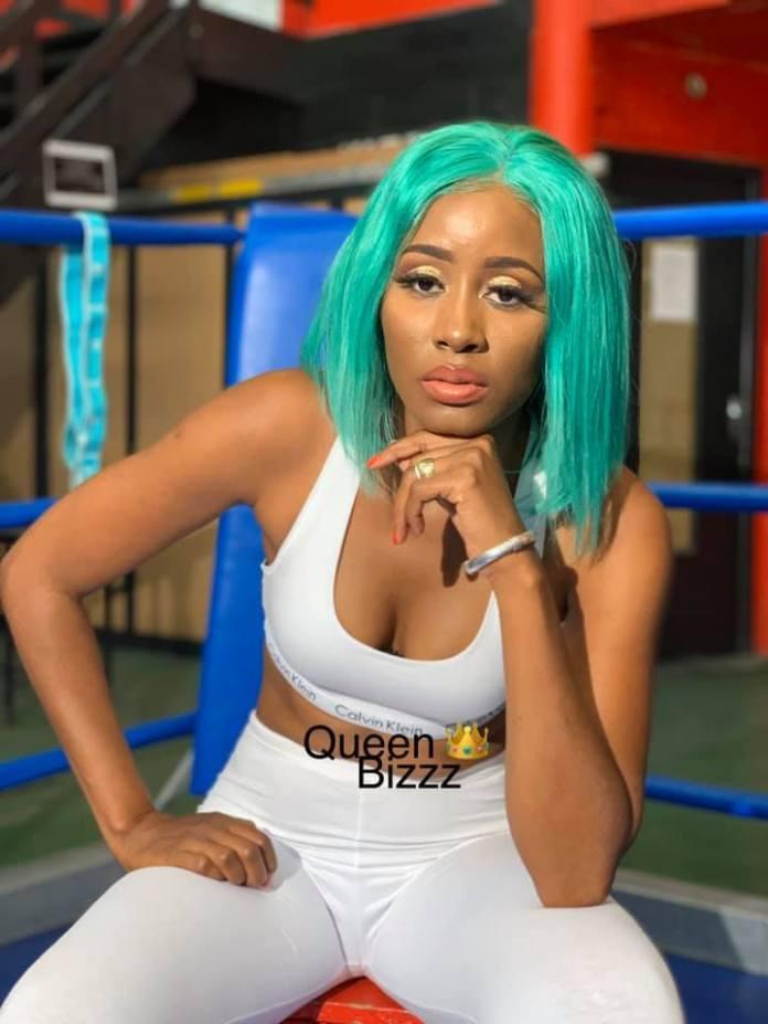 (06 photos) : Que mijote Queen Biz dans une salle de boxe?